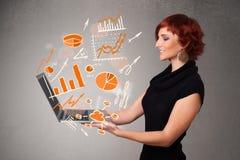Schöne Dame, die Notizbuch mit Diagrammen und Statistiken hält Lizenzfreie Stockfotos