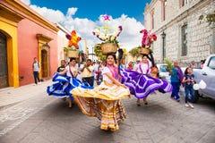 Schöne Dame, die Tag der Jungfrau von Guadalupe Dia d feiert lizenzfreie stockbilder