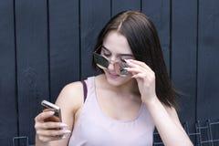 Schöne Dame, die Telefon hält lizenzfreie stockfotos