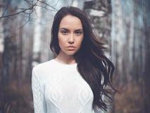 Schöne Dame in einem Birkenwald Stockbilder
