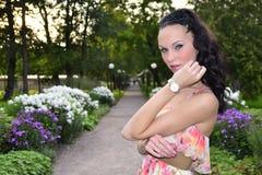 Schöne Dame in einem Park Stockbilder
