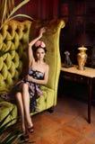 Schöne Dame im Blumenkranz lizenzfreie stockbilder