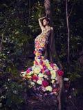 Schöne Dame im Kleid von Blumen Lizenzfreies Stockfoto