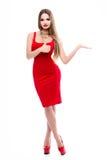 Schöne Dame im roten Kleid mit den roten Lippen des hellen Makes-up, herrliche junge Frau des Fehlschlags A mit dem langen Haar,  Lizenzfreie Stockbilder
