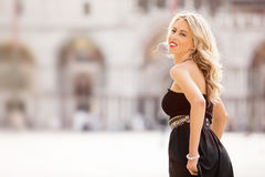 Schöne Dame im schwarzen Kleid lizenzfreie stockfotografie