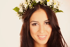 Schöne Dame im Studio mit Blumen in ihrem Haar lizenzfreie stockfotografie