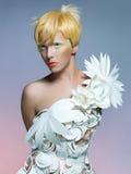 Schöne Dame im weißen Kleid Stockbilder