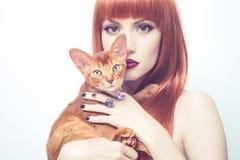 Schöne Dame mit abyssinischer Katze Stockbilder