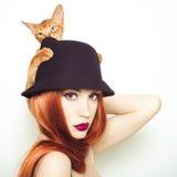 Schöne Dame mit abyssinischer Katze Lizenzfreie Stockfotografie