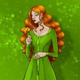 Schöne Dame mit dem langen roten Haar, das grünes Kleid, goldene Blume der Geruche trägt stock abbildung