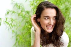 Schöne Dame mit der Hand im Haar in der Front Stockbild