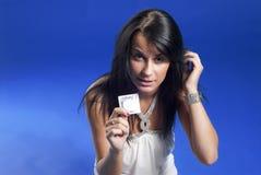 Schöne Dame mit Kondom Stockfotografie