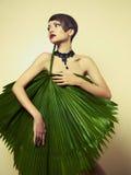 Schöne Dame mit Palmblättern stockfotos