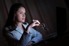 Schöne Dame surft das Internet spät Lizenzfreies Stockbild