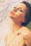 Schöne Dame und die Strahlen der Sonne Stockfotos