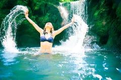 Schöne Dame By The Waterfall Stockfotos