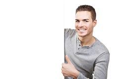 Schöne Daumen des jungen Mannes oben am leeren Schild Stockfotografie