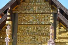 Schöne Dekoration auf einer Tempelwand in Thailand lizenzfreies stockfoto