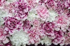 Schöne Dekoration mit rosafarbenen Blumen des künstlichen Gewebes stockfoto