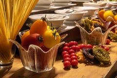 Schöne Dekorationen von der Nahrung während des internationalen Kücheabendessens draußen gegründet am Inselrestaurant lizenzfreie stockfotos