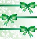 Schöne dekorative Bögen mit horizontalem Band für Geschenkdekoration mit Schneeflocken Lizenzfreies Stockfoto