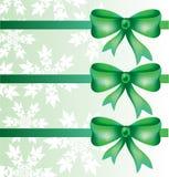 Schöne dekorative Bögen mit horizontalem Band für Geschenkdekoration mit Schneeflocken Stockbild