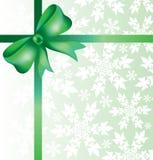 Schöne dekorative Bögen mit horizontalem Band für Geschenkdekoration mit Schneeflocken Stockfoto