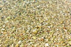 Schöne delicated Beschaffenheit von kleinen Steinen unter dem Wasser, in Ibiza Stockbilder