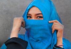 Schöne des Lebensstilporträts junge und glückliche Asiatin hijab im moslemischen Kopftuch-Bedeckungsgesicht spielerisch, Spaß smi stockfotografie