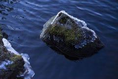 Schöne Details des Steins im See mit Eisschmelze am Frühlingsabend Lizenzfreie Stockfotografie