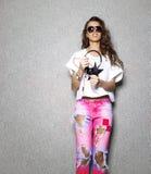Schöne DJ-Frau in der Sonnenbrille, die Weiß trägt Lizenzfreies Stockfoto