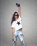 Schöne DJ-Frau im stilvollen Sonnenbrilletragen Lizenzfreies Stockbild