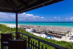 Schöne Draufsicht des karibischen Ozeans in Kuba mit Sonnenruhesessel und mit Stroh gedeckten Hütten - Reportage 2016 Serie Kuba Stockbilder