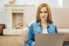 Schöne dunkeläugige Frau, die an ihrem Laptop arbeitet Lizenzfreie Stockfotografie