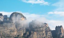 Schöne dunkle Felsen eingehüllt durch Wolken bei Meteora, Griechenland Lizenzfreie Stockfotos
