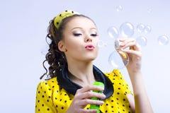 Schöne durchbrennenseifenluftblasen der jungen Frau Stockbilder