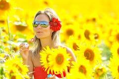 Schöne durchbrennenseifenluftblasen der jungen Frau im Freien stockfotografie