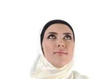 Schöne durchdachte moslemische Frau, die oben schaut Stockfotografie