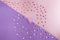 Schöne Ebene legen Muster von Herzen mit drei Herzen Lizenzfreie Stockfotos