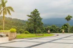 Schöne Ecke des grünen Gartens im Golfclub mit Himmel und m Stockfotos