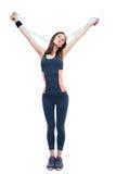 Schöne Eignungsfrau, die mit Springseil steht Stockbilder