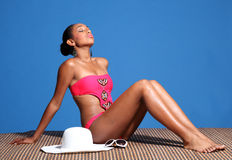 Schöne ein Sonnenbad nehmende Afroamerikanerfrau lizenzfreie stockfotografie