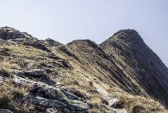 Schöne Einstellung des Weges Gebirgsumgeben durch enorme Hügel Stockfoto