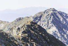 Schöne Einstellung des Weges Gebirgsumgeben durch enorme Hügel Stockfotos