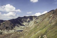 Schöne Einstellung des Weges Gebirgsumgeben durch enorme Hügel Lizenzfreies Stockfoto