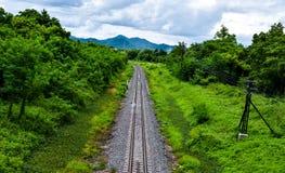 Schöne Eisenbahn gehen zu den Bergen Lizenzfreie Stockbilder