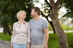 Schöne eldery Frau und sie gewachsen ups Sohn zusammen in Park stockbilder