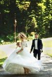 Schöne elegante blonde Braut im weißen Kleid und im hübschen Raum Lizenzfreies Stockfoto