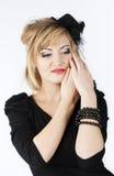Schöne elegante blonde Frau, die schwarzes Kleid trägt Stockbilder