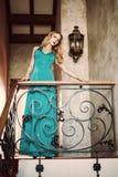 Schöne elegante Frau in einem Kleid des langen Grüns Stockfoto
